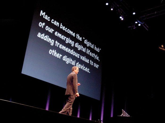 """Podczas Macworldu wTokio 22 lutego 2001 roku Jobs ponownie odwołał się doidei """"cyfrowego centrum"""", którą zaprezentował kilka dni wcześniej wKalifornii. Tobył początek szeroko pojętego """"doświadczenia Apple'a"""", które ostatecznie przysporzyło firmie miana najcenniejszej marki naświecie. Dzięki uprzejmości Brenta Schlendera (zdjęcie pochodzi zksiążki Droga Steve'a Jobsa)"""