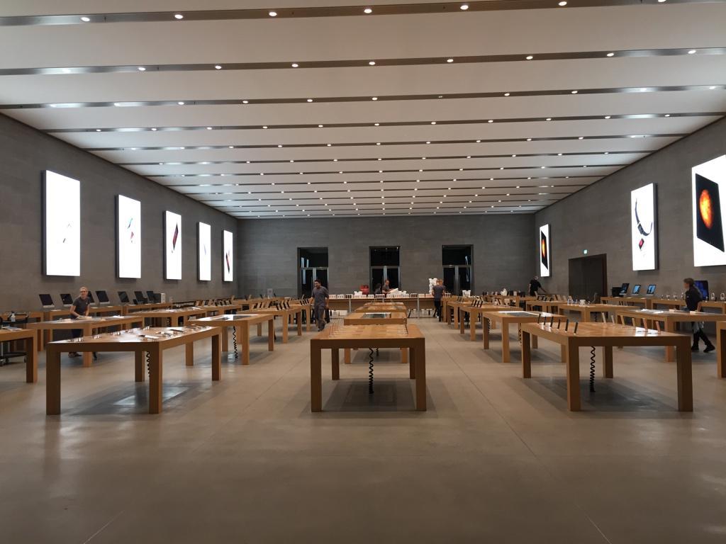 Pusty_Apple_Store