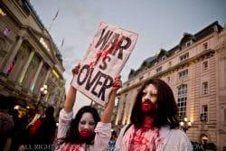 Największy organizowany wEuropie zombie walk przy Piccadilly Circus. Londyn, Anglia, październik 2014.