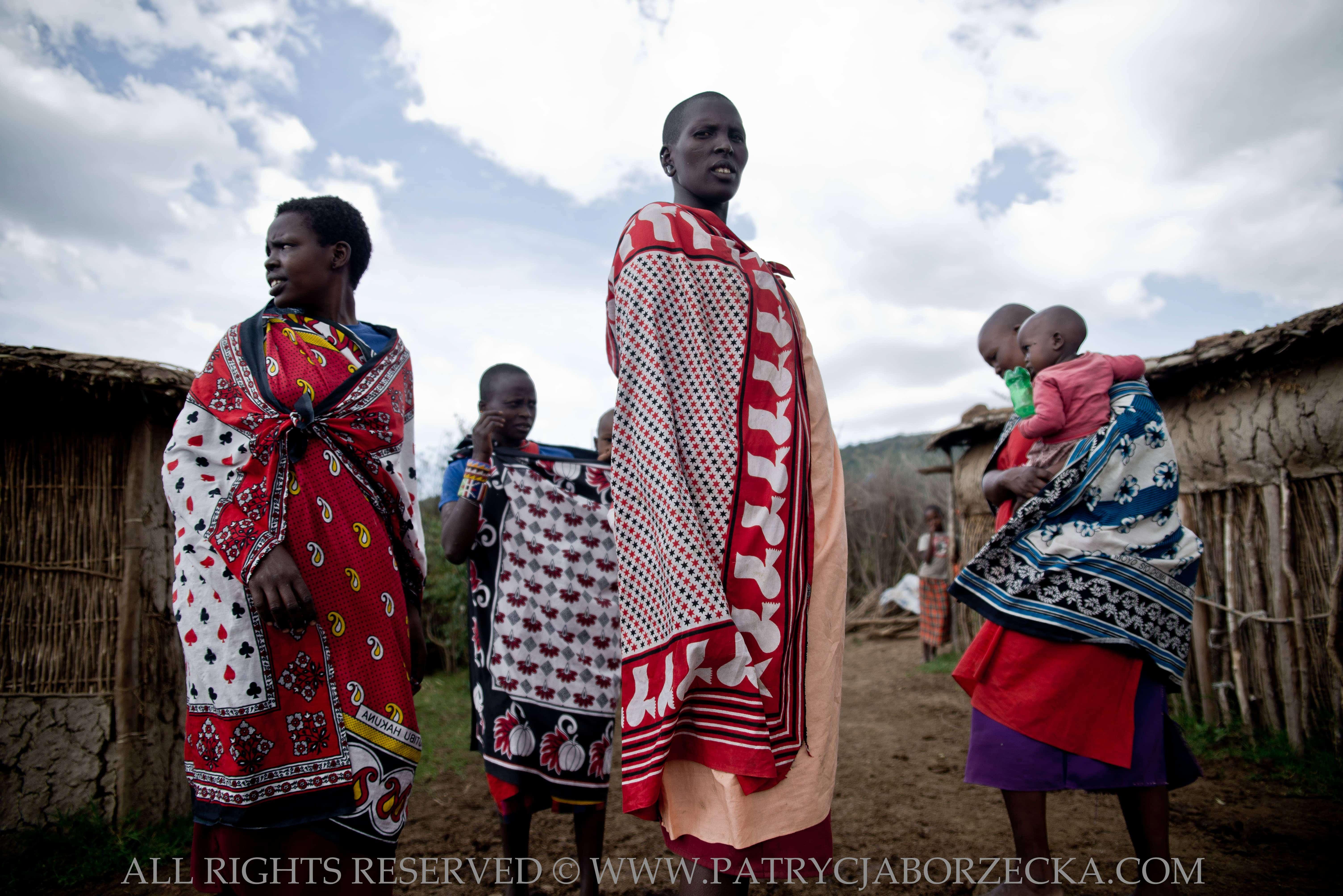 Kobiety masajskie w tradycyjnych strojach. Masai Mara, Kenia, luty 2015.