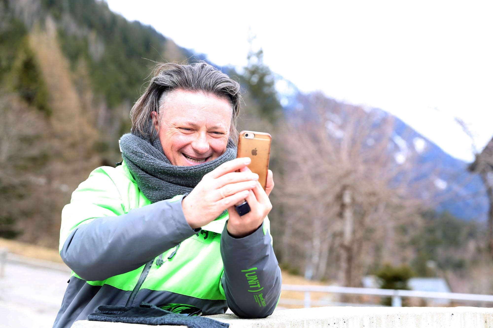 Michal_w_Szwajcarii_prowadzacy_transmisje_z_iphone_2
