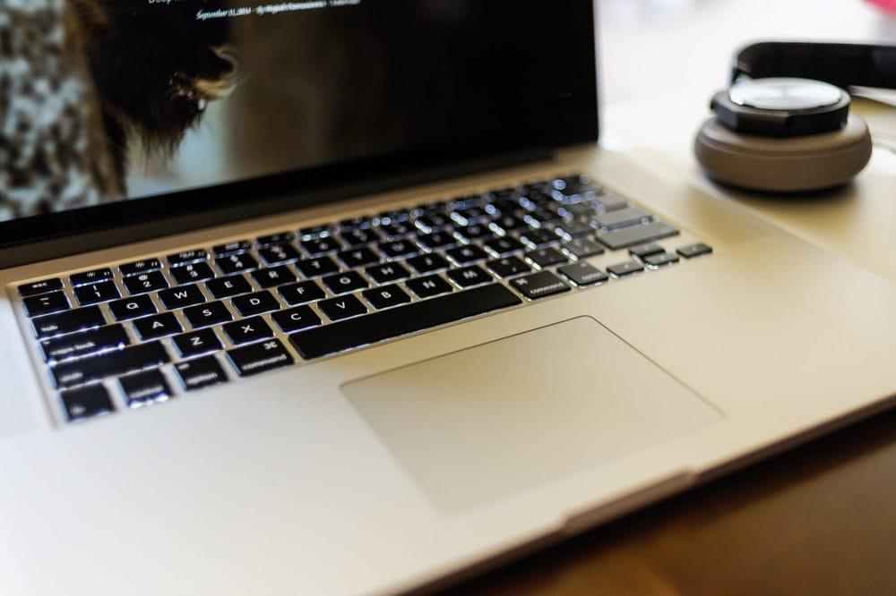 Jak czyszczę klawiaturę wMacBooku iApple Wireless Keyboard